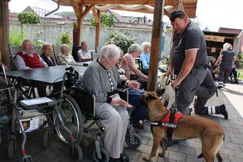 Die Bürgerstiftung sorgte mit den Rettungshunden für viel Freude im Berchinger Seniorenheim. Foto: V. Finn