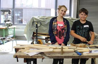 Die 13-jährigen Teilnehmer Denisa-Andreea Scurtu aus Sindelbach und Simon Braun aus Berg stehen voller Eifer an der Werkbank.