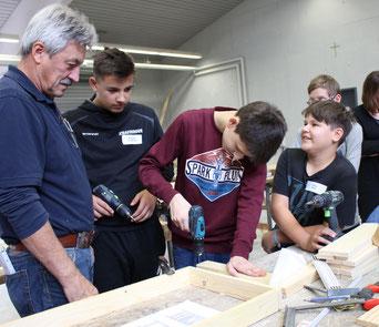 Ausbilder Willibald Hertwich berät und unterstützt die Schüler bei der Umsetzung der einzelnen Arbeitsschritte.
