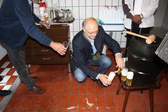 Braumeister Georg Rammelmeier beim Anzapfen in der Brauwerkstatt.