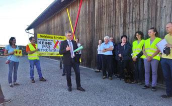 Bürgermeister Brandenburger sagt den Anwesenden Demonstranten seine Unterstützung zu (Foto: Beate Meckler)