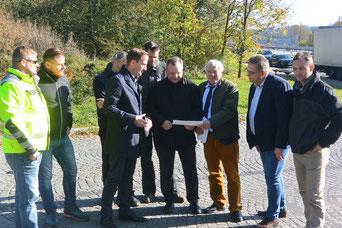 Auf dem aufgelassenen Parkplatz, an dem sich Alois Karl und Reinhard Pirner mit CSU-Ortsvorsitzendem Andreas Truber und Pilsacher Bürgern trafen, wird voraussichtlich ein Lärmschutzwall errichtet. Foto: Biersack
