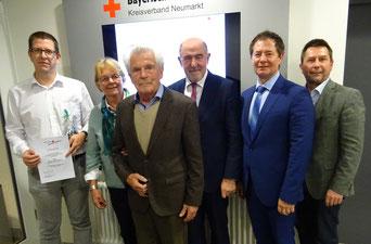 Mirko Stüdemann (l.) und Dr. Hans-Erwin Mühlbauer (3.v.l. mit Gattin) zusammen mit Kreisvorsitzenden Landrat Willibald Gailler (3.v.r.), 2. stellv. Kreisvorsitzenden Oberbürgermeister Thomas Thumann (2.v.r.) und BRK-Kreisgeschäftsführer Klaus Zimmermann
