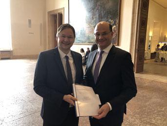 Staatsminister Füracker mit Staatsminister für Bau, Wohnen u. Verkehr, Herrn Dr. Hans Reichhart. Bild:  Bay. Landtag