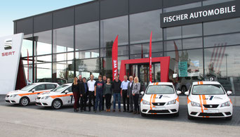 Die vier stolzen Abschlussbesten mit ihren Top-Azubi Autos bei der Schlüsselübergabe durch die Geschäftsführung. (Foto: Andreas Köllner)