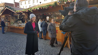 Aufzeichnung der Weihnachtssendung am Ingolstädter Christkindlmarkt mit Moderatorin Anita Hirschbeck. (pde-Foto: Clara Böcker)