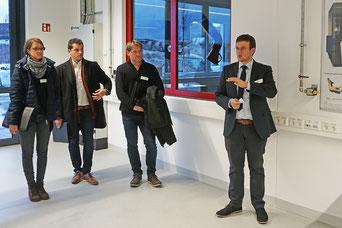 Anton Schmailzl (r.) vom Technologie Campus Parsberg-Lupburg präsentierte verschiedene Anlagen und Projekte des neuen Forschungsstandortes. (Foto: Schmid)