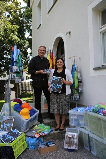 Foto: Diözesanjugendseelsorger Mennicken und Ministrantenreferentin Hairbucher präsentieren das Pilgerpaket / Geraldo Hoffmann