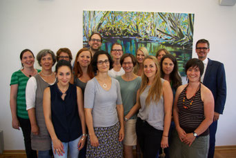 Regierungsschuldirektor Manfreds Krigers (r.) zusammen mit den neu qualifizierten Lehrerinnen und Lehrern in der Regierung der Oberpfalz.