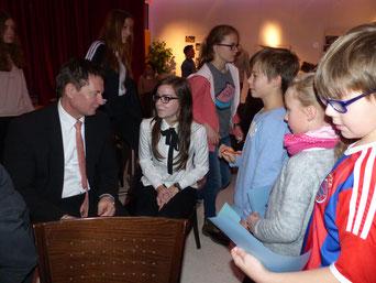 Kinder und Jugendliche im direkten Gespräch mit Oberbürgermeister Thomas Thumann.