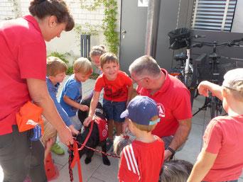 """""""Die Helfer auf vier Pfoten"""" zeigten den Kindern der Ferienbetreuung den respektvollen Umgang mit Hunden. Foto: Anita Dengel / Stadt Neumarkt"""