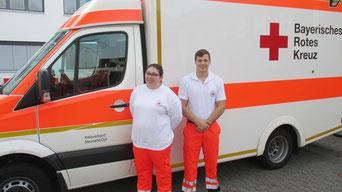 Die beiden Notfallsanitäter-Azubis Laura Meier und David Mederer an ihrem ersten Ausbildungstag.
