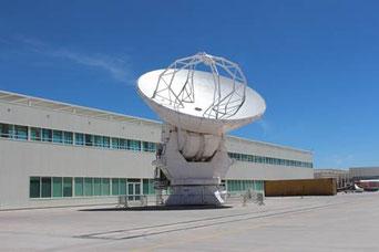 Foto: Joachim Siegert, Teleskop zur Wartung im OSF (operation support facility) in ca. 2900 m Höhe, vor dem Besucherzentrum