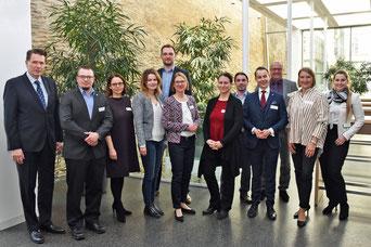 Hauptgeschäftsführer Dr. Jürgen Helmes (l.) begrüßt die Referentinnen und Referenten zum Fachkräftetag im Römerhof der IHK. Foto: Hirtreiter