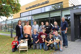 Bei den Werkstatttagen fertigen die Achtklässler Steckstühle in der Holzwerkstatt. Über die Ergebnisse freuen sich auch: Klassenlehrerin Rafaela Fürst (2. Reihe, 1. v. li.) und Ausbilder Willibald Hertwich (2. Reihe, 1. v. re.).