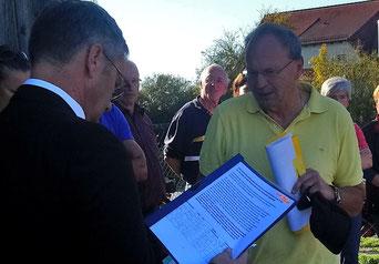 Bei der Übergabe der Unterschriftenliste an Sengenthals Bürgermeister Werner Brandenburger (Foto: Beate Meckler)
