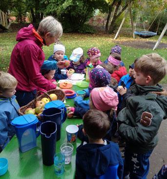 Kindergartenkinder gemeinsam mit Dipl.-Ing. Christa Engelhard  Foto: Pröll N., BRK Neumarkt
