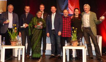 Oberbürgermeister Thomas Thumann (4. von links) mit Dr. Vandana Shiva sowie den weiteren Podiumsgästen und Organisatoren, Foto Ralf Mützel/Stadt Neumarkt