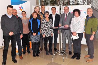 Landrat Willibald Gailler mit Michela Bauer, Koordinierungsstelle Familienbildung und Kooperationspartner