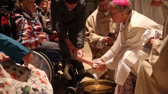Bischof Hanke bei der Fußwaschung. pde-Foto: Bernhard Löhlein