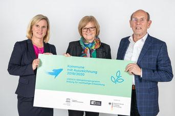Die Übergabe der Auszeichnung an Stadträtin Ruth Dorner (Mitte) wurde von Dr. Catrin Hannken, Referatsleiterin im Bundesministerium für Bildung und Forschung und Walter Hirche, Deutsche UNESCO-Kommission in Berlin vorgenommen (Foto: Unesco)