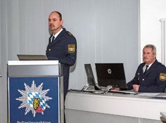 Polizeidirektor Michael Danninger (links) und Polizeioberkommissar Martin Schlaffer präsentierten die Verkehrsstatistik 2019.   Foto: Susanne Weigl