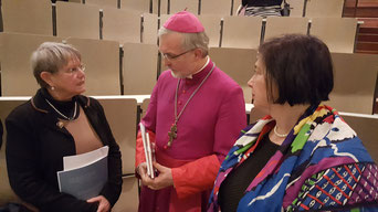 Bischof Hanke beim Aschermittwoch der Künstler im Gespräch mit Emanuela und Alexandra von Branca. Foto: Bernhard Löhlein.