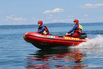 DLRG Einsatz - Wasserrettungsdienst - Boot Die DLRG-Wasserrettung wurde zu einem Notfall armiert – jetzt zählt jede Sekunde.