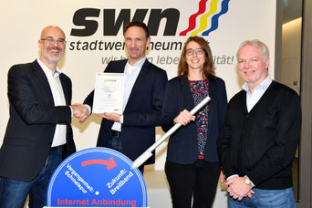 v.l.n.r. Dominique Kinzkofer (SWN), Chris Brandl (Brandl), Frau Härtl, Herr Straub (SWN)  (Foto. SWN)