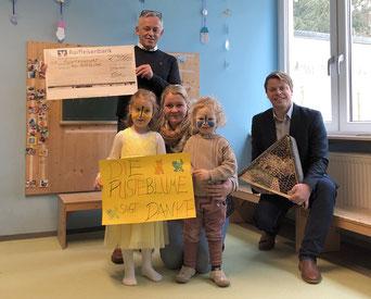 Gerhard Seitz (l.) und Verena Sachs zusammen mit Christian Eisner (r.) bei der Spendenübergabe im Kindergarten Pusteblume.