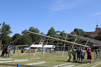 Letzte Vorbereitungen für die Willibaldswoche: Aufbau des Festzeltes auf der Seminarwiese in Eichstätt. pde-Foto: Geraldo Hoffmann