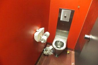 Beschädigte WC-Anlage in der Ringstraße