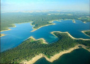 Un lac réservoir permet de réguler le débit des crues.