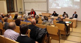 Am Podium die drei Kandidaten von rechts: Henry Schütze, Uwe Schmidt, Oliver Wendenkampf, Bild: Joachim Hennecke