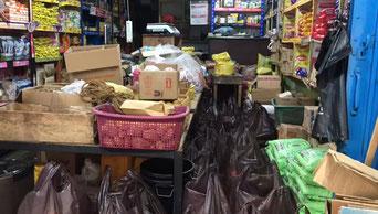 Das Lager mit den vielen unterschiedlichsten Lebensmitteln. Unten sind schon fertig gepackte Plastiktüten mit der Notversorgung der Armen zu sehen.