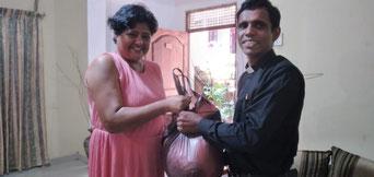 Lalitha schenkt natürlich auch dem Pastor ein Care-Paket und wie man sieht freut er sich sehr.