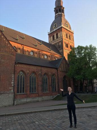 Josephine vor dem Dom in Riga