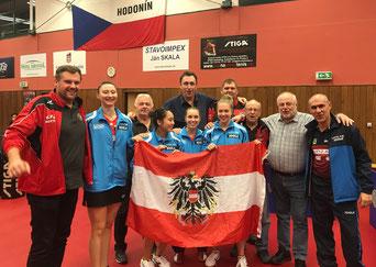 Team LINZ AG Froschberg mit den NÖ Fans vom TTC Lassee