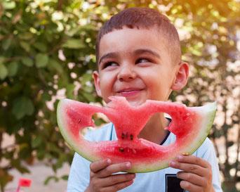 Kleiner Junge mit Wassermelone, Kleiner Junge isst Wassermelone, Kind isst Wassermelone, KInd mit Wassermelone, Kind isst Obst