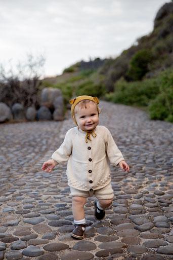 bébé confiant marche en souriant
