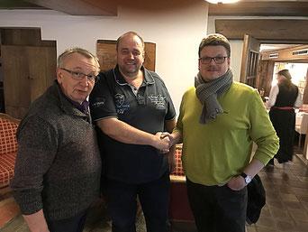 DMV-Sportwart Andreas Träger (M.) gratuliert Möve-Vorsitzenden Christian Somnitz (r.) und MVBN-Sportwart Uwe Grüning zur DM-Vergabe nach Cuxhaven