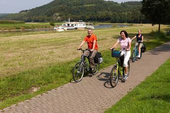 Radfahrer auf dem Weser-Radweg mit Weser-Schiff / Foto: Marcus Gloger / ADFC