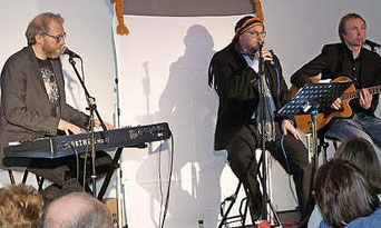 """Das Musik-Comedy-Duo """"Zammgebicht"""" (Stefan Haußner, links, und Hannes Schott, Mitte) sorgte für einen sehr unterhaltsamen Abend. Unterstützt wurden sie von Marc Baumann an der Gitarre. Foto: Reißaus"""