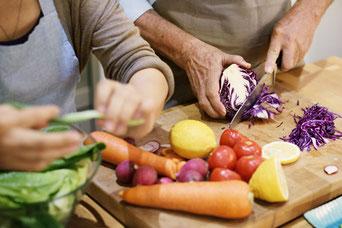 Hilfe im Haushalt. Gemeinsames Kochen. Hilfe und Pflege für alte Menschen.