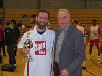 Thorsten Scheidt vom Team Sport-Bild wird von Mit-Organisator Jürgen Zinke als bester Torschütze geehrt. (Foto: Hanns Ostermann)