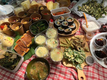 去年、山魔女の会でウド採りに行った時のランチ。1人1品ずつ持ち寄るほか、採ったばかりのウドをその場で天ぷらや味噌汁にした。