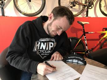 knippcycling-Inhaber Niels Knipp bei der Vertragsunterzeichnung