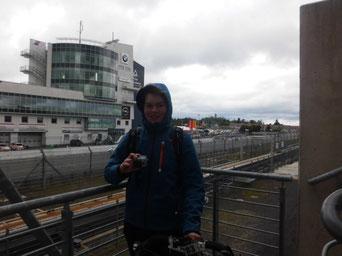 Beim Filmen nach Rennabsage mit Blick auf den Nürburgring im Wind