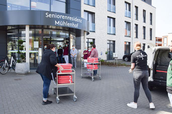 Inhaber Mohamed El-Sabe und seine Mitarbeiterin Chantal Wolffes von Flying Pizza in Heeslingen, bringen den MitarbeiteInnen leckere Pizza und mehr.