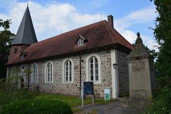 St Lamberti Kirche Selsingen von der Hauptstrasse gesehen.  Gegenüber im ehemaligen Knicker Geschäft ist jetzt übrigens der Holland Shop